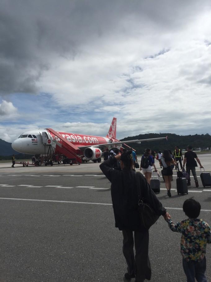 坐飞机竟然是拖着箱子走在机坪上搭乘飞机