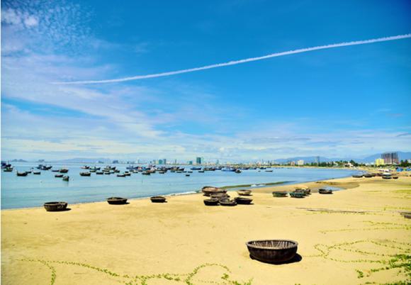 """1、人一生必到的50个地方之一(美国国家地理杂志评选); 2、""""蓝天碧海、洁白沙滩""""— 理想的度假天堂,俗称""""东方夏威夷""""; 3、拥有全球最美的海滩之一—岘港海滩(福布斯杂志评选),有着绵延40公里的海岸线; 4、岘港-越南是亚洲幸福指数最高的城市之一,""""绿色、干净,和平友好的国际旅游城市"""" 5、气候宜人,平均温度不超过28°C。任何时间出发都适宜; 6、夜游会安古城:录入世界文化遗产,中西方建筑艺"""
