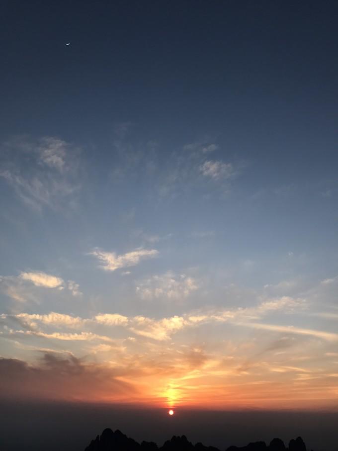 的日落,还是很美的,认真的看日落时发现可爱的小月亮就在身边,放在一