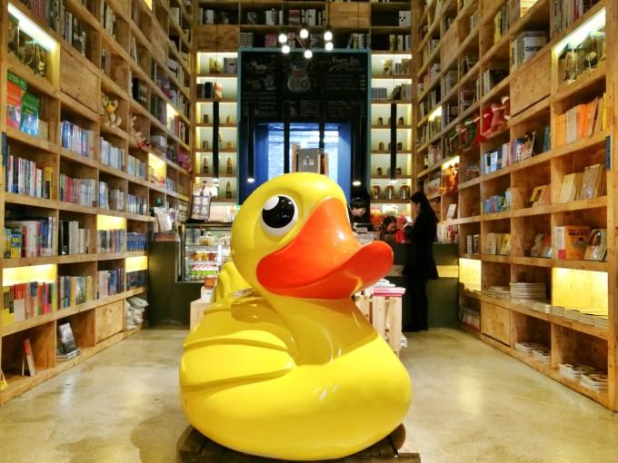 家很值得推荐的书店:卡卡松堡.   里面还可以喝咖啡,工作台是开放
