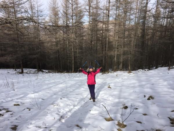 一路上踏草甸,穿树林,踏雪地,不断上上下下,第一天来个下马威,虐得不