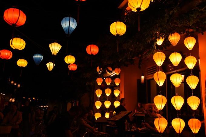 手工制作的灯笼,古朴自然,有木头做的,也有竹编的,灯笼面多为彩绸