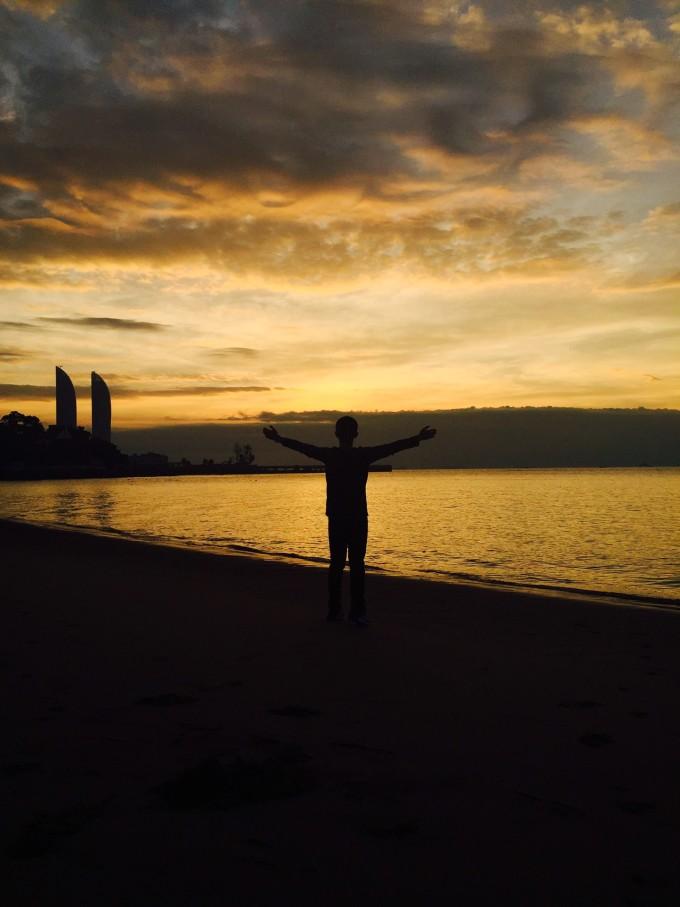 海边夜景 如果你恰巧在鼓浪屿的时候遇到多云天气,那么晚上也可以沿着海滩溜达可以感受一下安静的鼓浪屿,漆黑的海滩边坐着两个人,望着对岸的灯火辉煌,听着海浪的声音,让人感到安心和放松,晚安好梦! 日出日落 作为一个对日出日落无比热爱的人,即便每天6点20起床,也是无怨无悔。因为在鼓浪屿的两天都是多云转晴,底部云层过厚,即便到7点多也是可以看到日出美景的。 看日出的时候,总会被美景震撼,看着云彩丰富的色彩变化,从粉到橙红到金光灿灿,海面也是波光粼粼,BLINGBLING,兴奋的在沙滩上跑步,对着海大喊,不用顾及