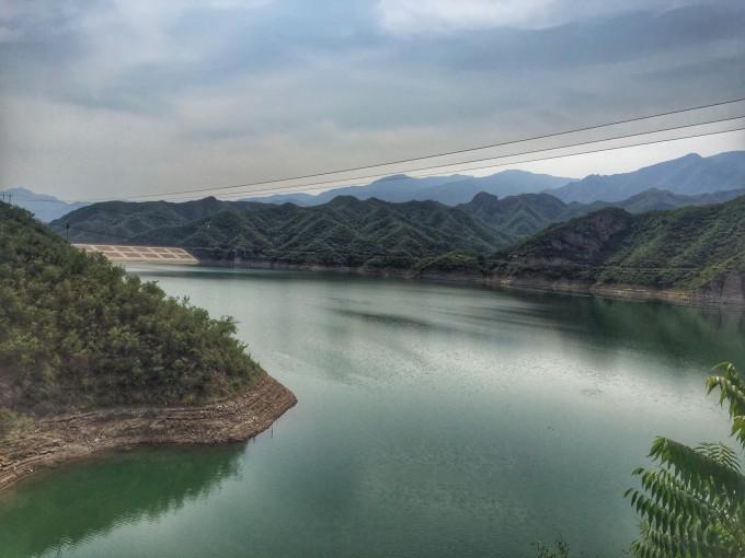 龙门 涧风景区位于 北京 市 门头沟 区西部清水镇,距市中心约100公里。她西临 京都 最高峰灵山风景区、南望京西大花园百花山风景区、北有黄草梁风景区、东近明清古居 爨底下 ;居中的位置得天独厚。 龙门 涧风景名胜区 北京 城的西部( 门头沟 区)。其占地约20平方公里,距市区约90公里。