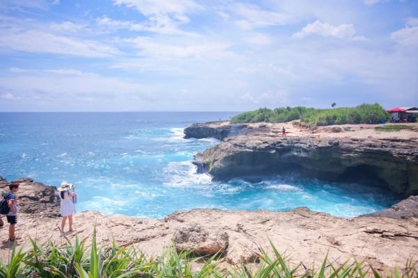 """巴厘岛 游记   接着是蓝梦岛赫赫有名的""""恶魔的眼泪"""",海水拍打在石头"""