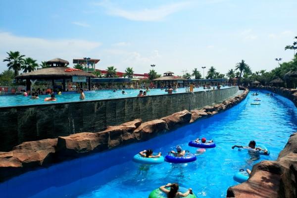 无边界泳池_上面是无边界游泳池,下面是巨洪峡,据说是国内最长的人工漂流河水道.