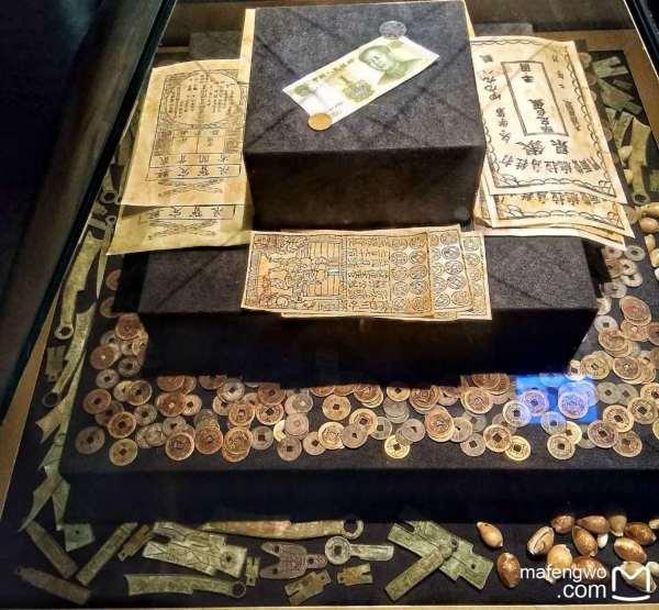 西北地区藏传佛教的活动中心,在中国及东南亚享有盛名, 历朝历代都十分推崇塔尔寺的宗教地,是中国藏传佛教格鲁派(黄教)六大寺院之一。  听其他讲解员介绍的时候说, 多世达赖和班禅都曾在塔尔寺进行过宗教活动。 可惜寺里和大经堂都不能拍照,酥油花、壁画和堆绣被誉为塔尔寺艺术三绝,栩栩如生的堆绣让人震惊。讲解员说,堆绣挂在那里几百年了,不怕灰尘和时光,最怕的就是我们手上的闪光灯。这句话让我非常感慨,老祖宗留下的东西,就即将这样消失。 另外寺内还珍藏了许多佛教典籍和历史、文学、哲学、医药、立法等方面的学术专著。每