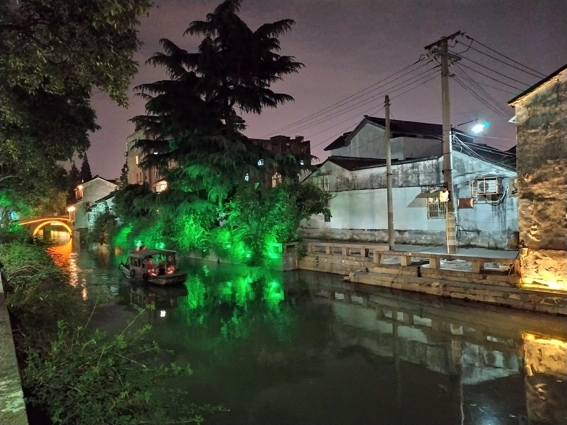 姑苏城外寒山寺,夜半钟声到客船。