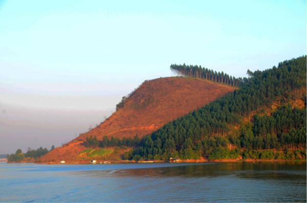 北海银滩,涠洲岛     波光粼粼的湖面上这些小木屋是专供情侣的,小船