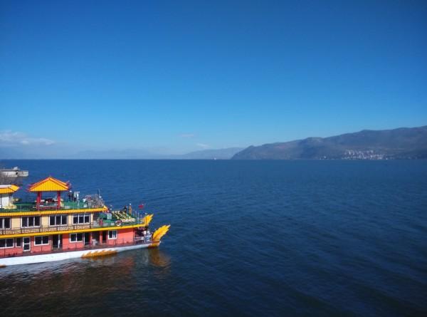 司机到客栈接人,拉到龙龛码头坐游船,途径小普陀岛,南诏风情岛,船上有