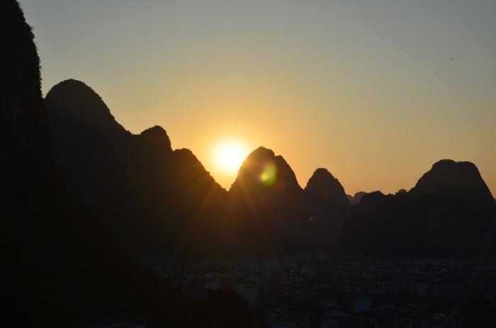桂林是世界著名的风景游览城市和历史文化名城,享有山水甲天下之美誉。桂林是广西壮族自治区最重要的旅游城市,地处广西壮族自治区东北部。桂林风景秀丽,有以漓江风光和喀斯特地貌为代表的山水景观,千峰环野立,一水抱城流,景在城中,城在景中,是桂林独有的魅力。此外,桂林还有壮、瑶、苗、侗等十多个少数民族独特的民俗风情文化。