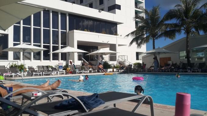 --> 市内观光没意思,这就不详细介绍了。 关岛珊瑚礁和橄榄温泉度假酒店1974年开业,2012年装修,距离关岛国际机场近,设有室外游泳池, 没有私家海滩,酒店毗邻海滩,24小时前台的工作人员会讲日语。没有中文服务员.免费提供毛巾、游泳圈和打气服务,房间里面有WIFI。免费租借浮潜设备,  主餐厅供应精美的自助餐。WAON Restaurant餐厅供应日式单点菜肴。客人亦可在Sand Dune大堂酒廊享用饮品放松身心。度假酒店距离广场有大约200米,距离海底世界有大约450米,距离免税店有1公里,就在D