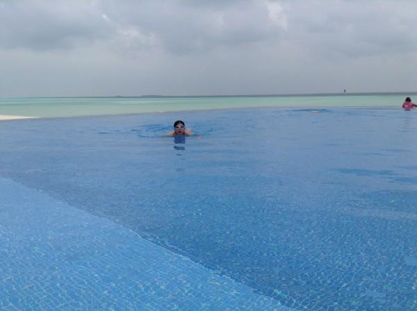 浮潜后去大无边泳池游泳,体力耗尽