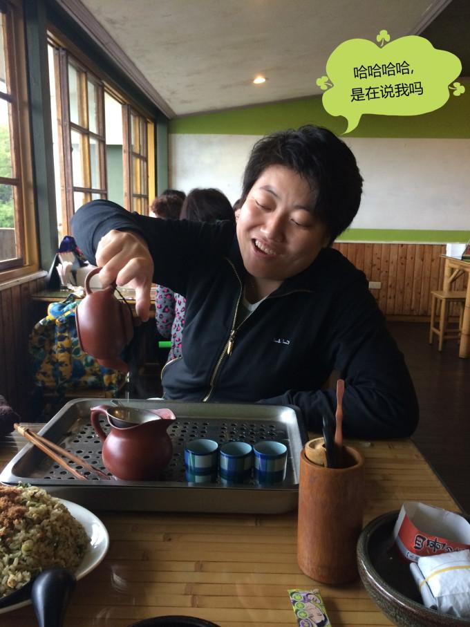 姐姐很喜欢喝茶,自己动手泡起来,因此产生了泡茶表情n连拍图片