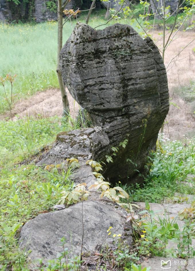 主要景点有傩婆石,一线天,响水洞,磨子石等,猎奇七彩溶洞,回首奇石异