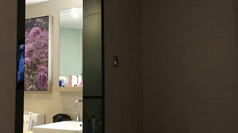 丽枫酒店是铂涛集团旗下以天然薰衣草香气为特色的中端精品连锁酒店品牌。房间配置品牌薰香加湿器、空气净化器、小冰箱、蓝牙音响系统、洗澡音乐、高端定制洗浴套装、慕思乳胶床垫和高星级酒店床上用品、40寸液晶电视、迷你吧。同时,酒店还有自用停车场,为客户提供停车便利。周边商圈丰富,斜对面是中联广场,内有餐饮、酒吧、娱乐等服务设施,酒店后方一公里内有万达商务区,写字楼林立,酒店正前方2公里是青岛市最繁华的中央商务区,内有五四广场、奥帆中心、八大关等着名景点。与酒店正门仅一路之隔就是地铁三号线宁夏路站,距青岛市火车站7