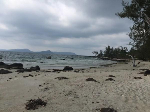 到了主海滩,上岸 高龙岛(Koh Rong) :高龙岛总面积约78 平方公里,位于泰国湾东北部,距离西哈努克约30 分钟船程。该岛数十年来与世隔绝,令质朴的天然环境得以最佳保存, 其自然美态于区内无出其右。高龙岛拥有丰富的自然景点,包括珊瑚礁、热带棕榈林、热带雨林、瀑布、波光粼粼的湛蓝水域和28 个纯白沙滩, 其中一个延绵6 公里的沙滩更为区内最壮观。在这个如世外桃源般的地方,可以参加游泳、浮潜、海钓等项目。由于这里人烟稀少,漫步在细软的沙滩上,有时会有这里是私人海滩的错觉 高龙岛被誉为东南亚硕果仅存尚未