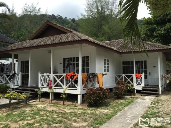 一幢一幢原生态的小木屋,岛上开发得较为原始,这已经是比较好的