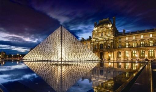 倒置金字塔位于卢浮宫西面与之相通的地下购物中心.
