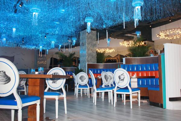餐厅内部环境设计以海洋为主题,进入餐厅仿佛置身于绚丽多姿的蓝色