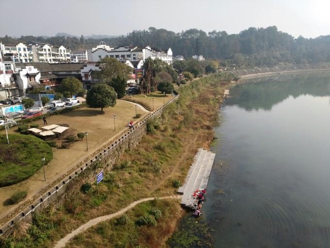 河两岸的居民会在河边洗衣服,洗菜,边洗边聊天,在河堤上还可以看图片